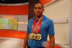 Edgar Crespo muestra las medallas de oro conseguidas en los Juegos Centromericanos. Foto/Carlos Moore