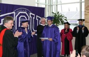 Edgar Crespo en la ceremonia especial de graduación en TCU